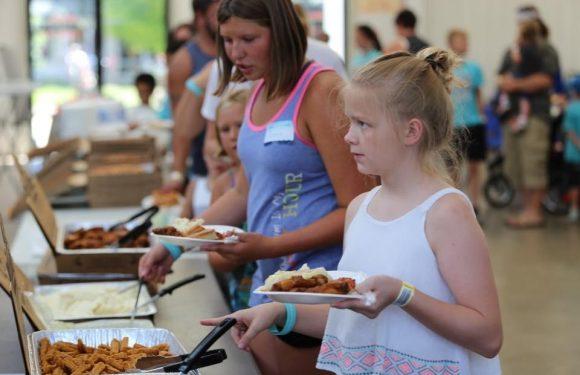 Children eating from buffet